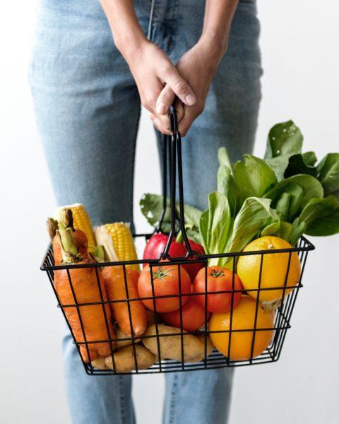 Nákupní košík s ovocem a zeleninou.