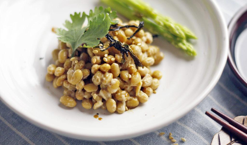 Fermentovaná sója - natto. Sójová pochoutka s velmi specifickou chutí.