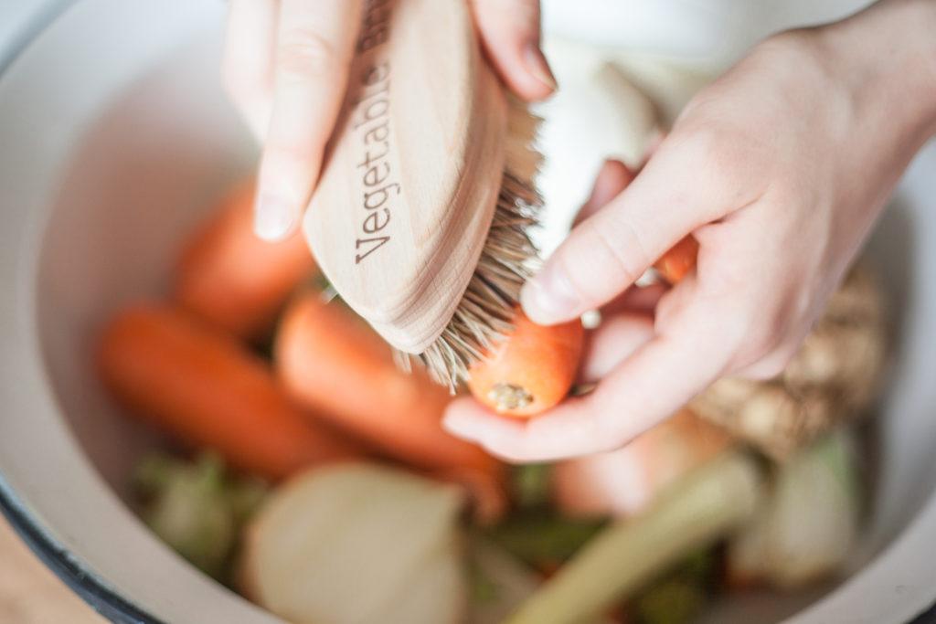 Zeleninové zbytky a kartáček na zeleninu