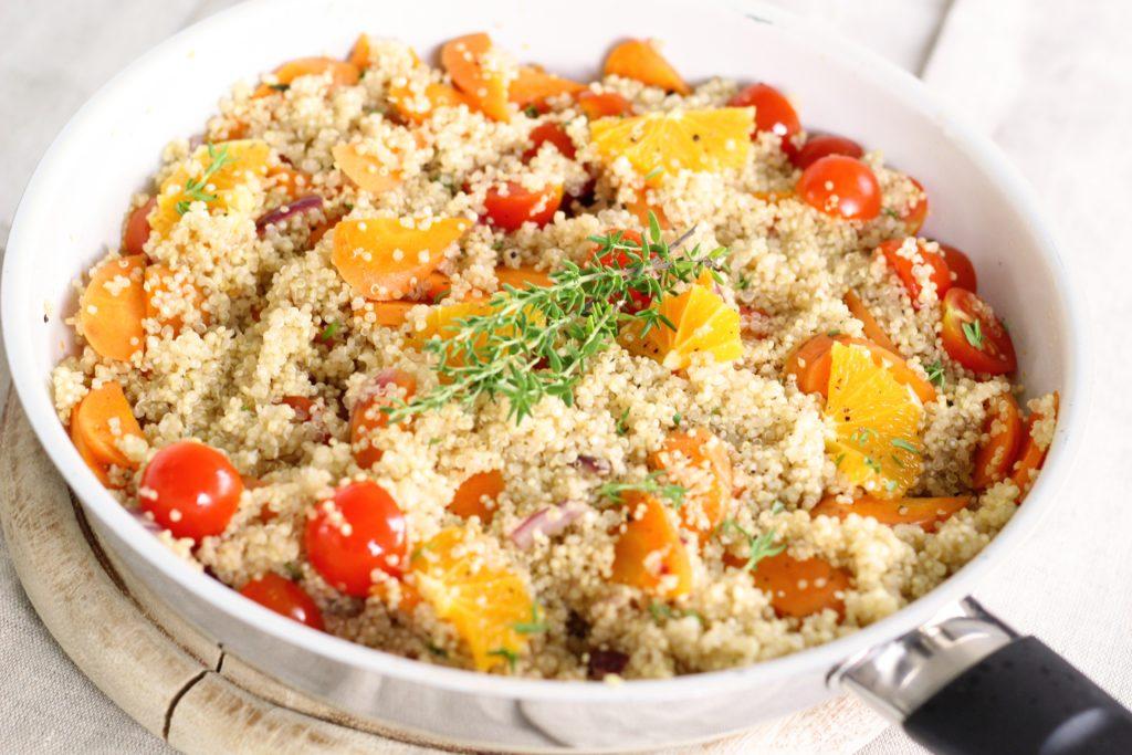 quinoový salát s rajčaty a pomerančem